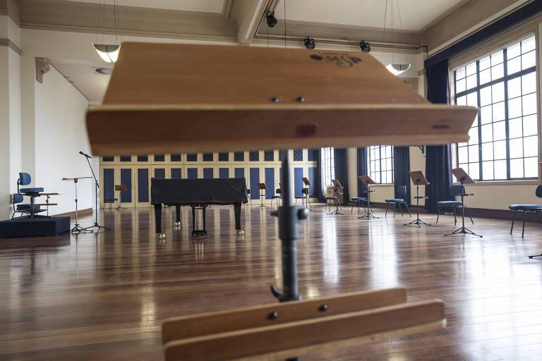 Sala de ensaios de coro da Osesp vazia, com o púlpito e um piano