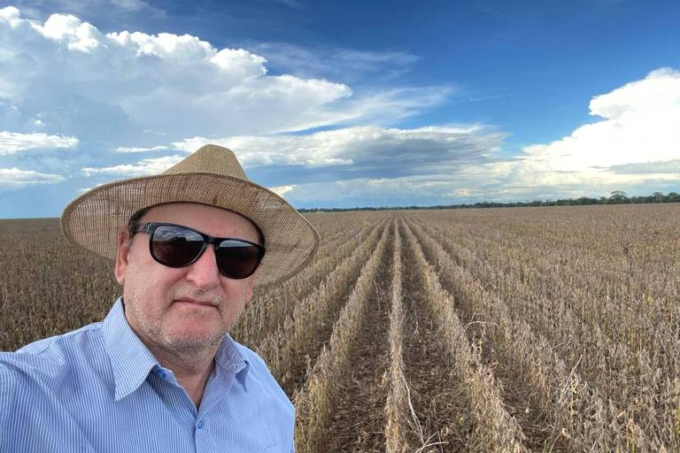O produtor Sadi Beledelli, de chapéu e óculos, em sua propriedade em MT