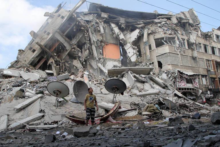 Prédio desaba em Gaza após ataque de Israel durante transmissão ao vivo; veja vídeos