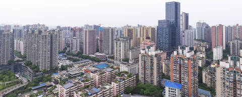 (210423) -- CHONGQING, April 23, 2021 (Xinhua) -- The stitched aerial photo taken on April 22, 2021 shows a view of the Beicang Cultural & Creative Quarter, southwest China's Chongqing. Beicang Cultural & Creative Quarter, located in Jiangbei District of the southwestern municipality of Chongqing, is renovated from an old textile warehouse. The quarter consists of several sections including a public library, a leisure & business area and an office building area. It retains the industrial architecture style of the 1950s and 1960s, attracting many people to visit. (Xinhua/Liu Chan)