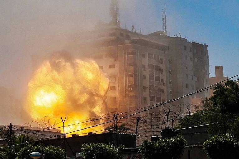 Ataque de Israel derruba prédio que abrigava veículos de imprensa em Gaza