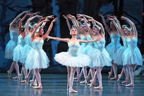 Lauren Lovette dança 'O Lago dos Cisnes' ao lado dos colegas do Balé da Cidade de Nova York no Teatro David H. Koch, em Nova York, antes da pandemia ORG XMIT: XNYT86