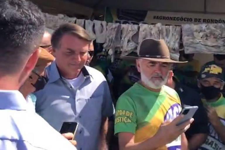 Jair Bolsonaro em aglomeração com apoiadores no CTG de Brasília, neste sábado (15)