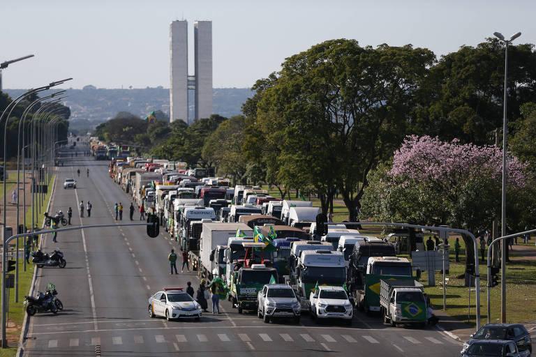 fila de caminhões interditando avenida