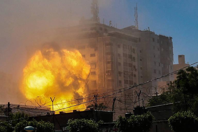 Bola de fogo na torre Jala Tower, que abrigava os escritórios da Al Jazeera e da Associated Press, atingida por ataque israelense em Gaza