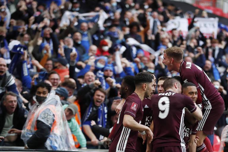 Em frente aos torcedores, jogadores do Leicester comemoram gol na final da Copa da Inglaterra