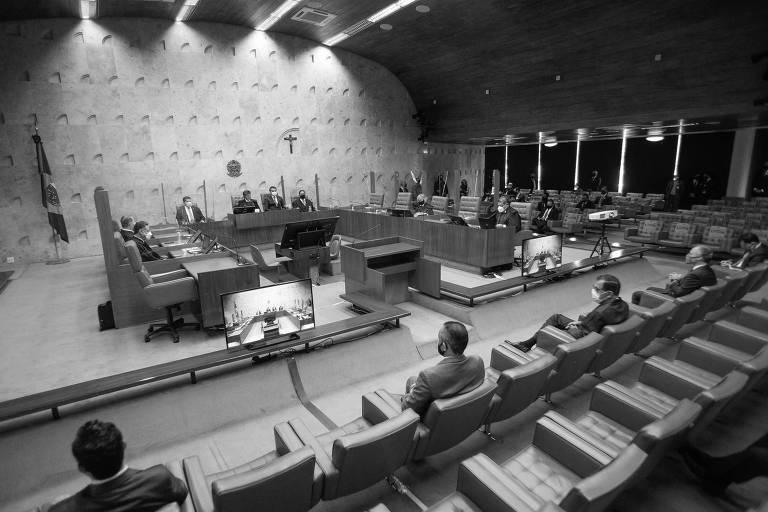 O presidente do Supremo Tribunal Federal (STF), ministro Luiz Fux, ao lado do presidente Jair Bolsonaro e do presidente do senado Davi Alcolumbre durante a sessão solene de Abertura do Ano Judiciário de 2021, que será realizada em formato híbrido, ou seja, virtual e presencial.