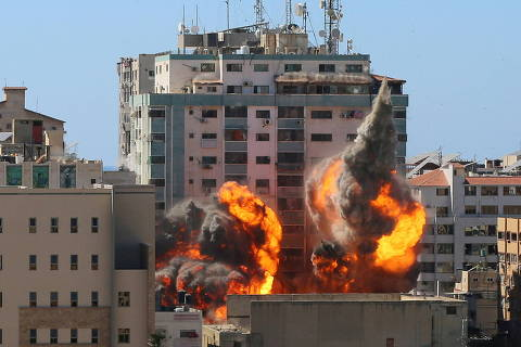 The al-Jalaa building housing Associated Press (AP) and Al Jazeera media offices is hit by an Israeli air strike in Gaza City, May 15, 2021. REUTERS/Ashraf Abu Amrah  NO RESALES. NO ARCHIVES.     TPX IMAGES OF THE DAY ORG XMIT: TOR500