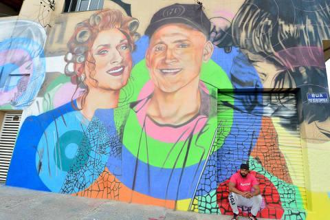Grafiteiro faz mural em homenagem a Paulo Gustavo