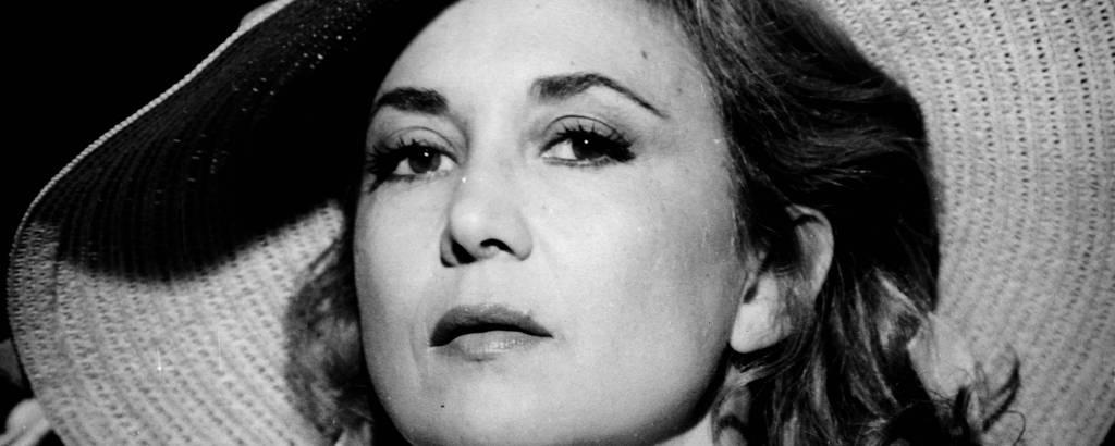 foto preto e branco de mulher com chapeu de abas largas