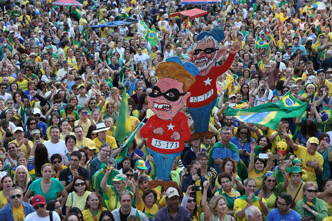 Política 01.08.2016 - manifestantes pró-impeachment fazem atonapaulista (à esq.). (Foto: Danilo Verpa/Folhapress)