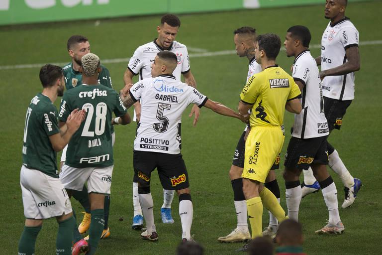 Jogadores de Corinthians e Palmeiras discutem durante partida pelo Campeonato Paulista, em Itaquera