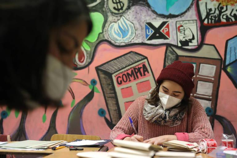 Mesários contam cédulas após fechamento das urnas em Santiago, no Chile