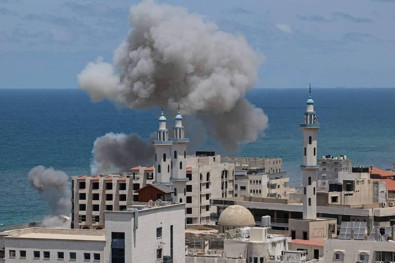 Fumaça após bombardeio em porto da cidade de Gaza