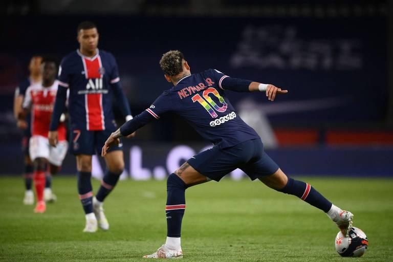Neymar controla a bola durante partida do PSG contra o Rennes, pelo Campeonato Francês