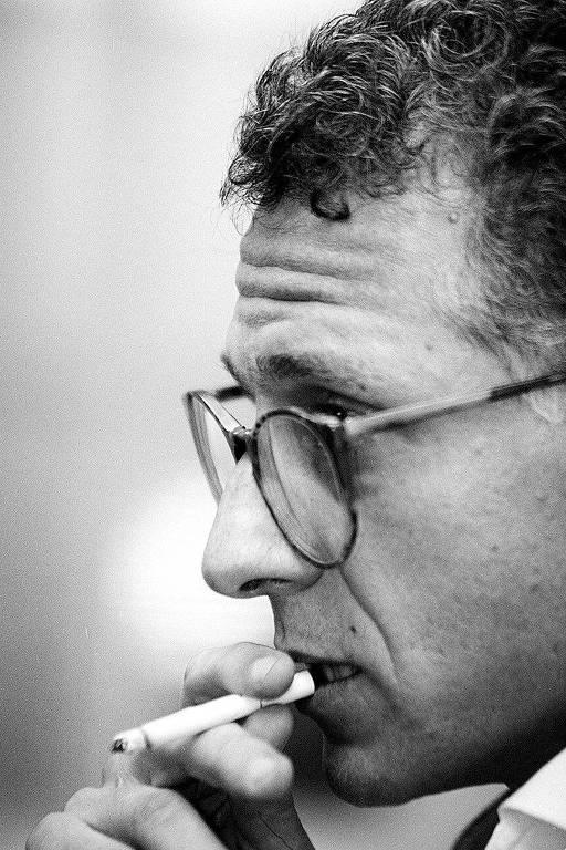 retrato em preto e branco de perfil de rosto de homem que fuma um cigarro