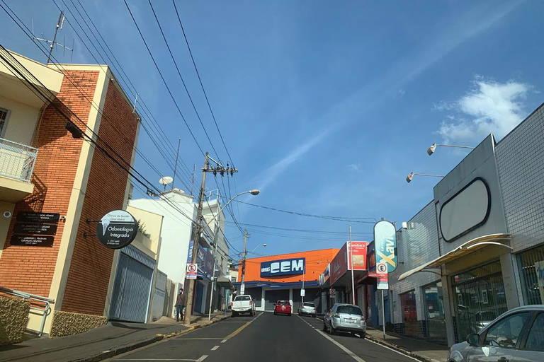 Imagem mostra rua vazia e lojas de portas fechadas devido ao lockdown