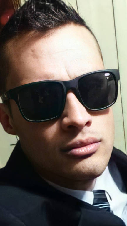 Homem em selfie usa óculos de sol