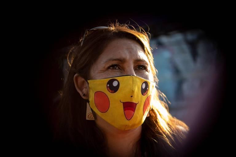 Giovanna Grandón, conhecida como 'tia Pikachú', durante vistar a bairro na periferia de Santiago