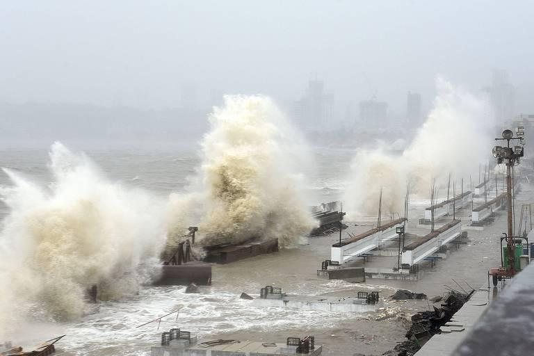Ondas atingem a cidade de Mumbai, na Índia, após a chegada do ciclone Tauktae