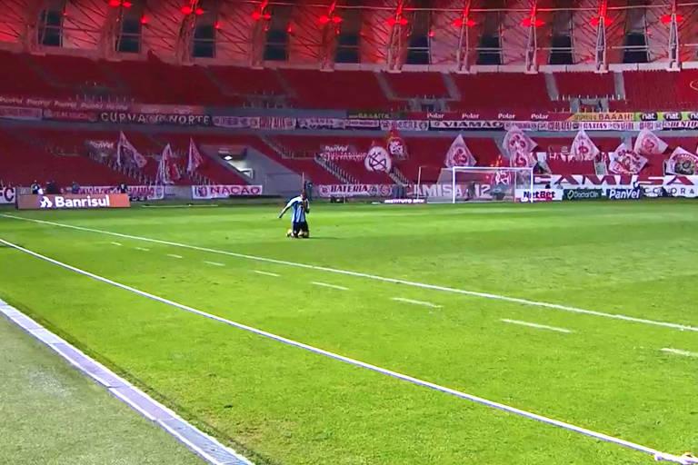 Herói no Gre-Nal, Ricardinho atravessa campo do estádio Beira-Rio de joelhos, em homenagem ao pai e ao avô, que morreram em decorrência da Covid-19