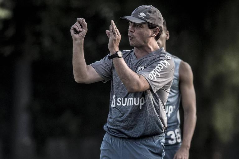 Fernando Diniz comanda treino do Santos no CT Rei Pelé