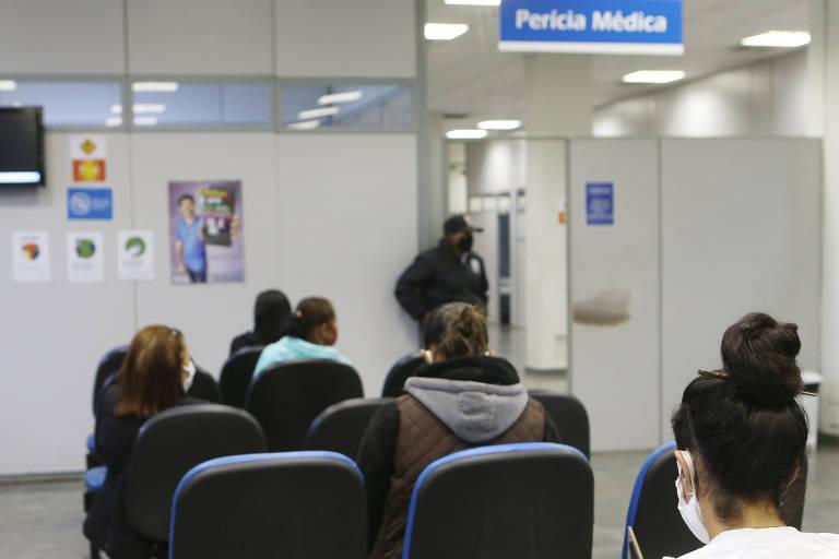 Segurados do INSS aguardam atendimento da perícia médica após reabertura das agências da Previdência em São Paulo (SP)