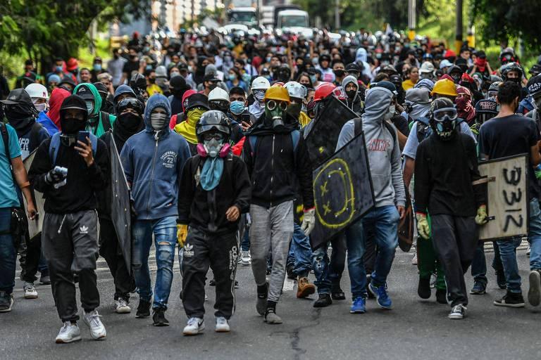 Após protestos, presidente da Colômbia anuncia subsídio a salário de jovens