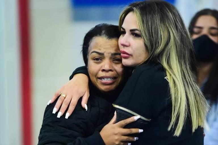 Mãe de MC Kevin, Valquíria Nascimento é amparada por Deolane Bezerra, viúva do cantor, no velório do funkeiro