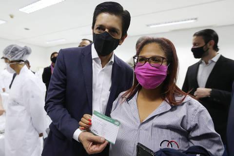 Cidade de São Paulo começa vacinar profissionais da saúde com mais de 30 anos