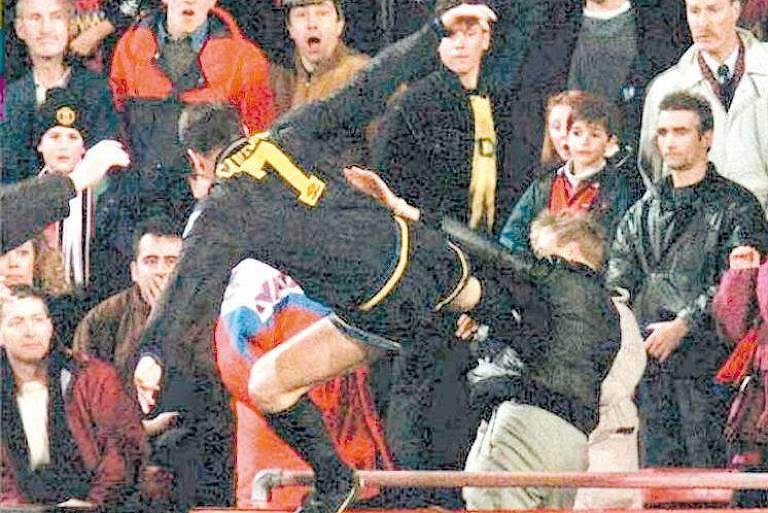 O jogador francês Eric Cantona, do Manchester United, agride torcedor com uma voadora em 1995
