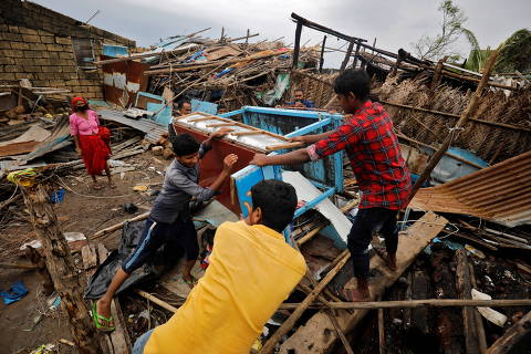 People salvage their belongings from a damaged house after cyclone Tauktae hit, in Navabandar village, in the western state of Gujarat, India, May 18, 2021. REUTERS/Amit Dave ORG XMIT: PPP-DEL09