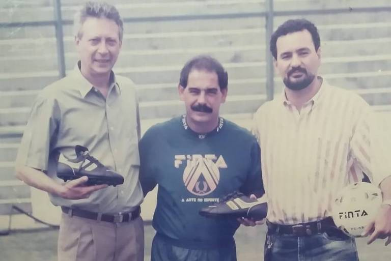 Milton Consani (à esq. segurando a chuteira), Rivelino e o sócio na fábrica, Jorge Fusco Rodrigues