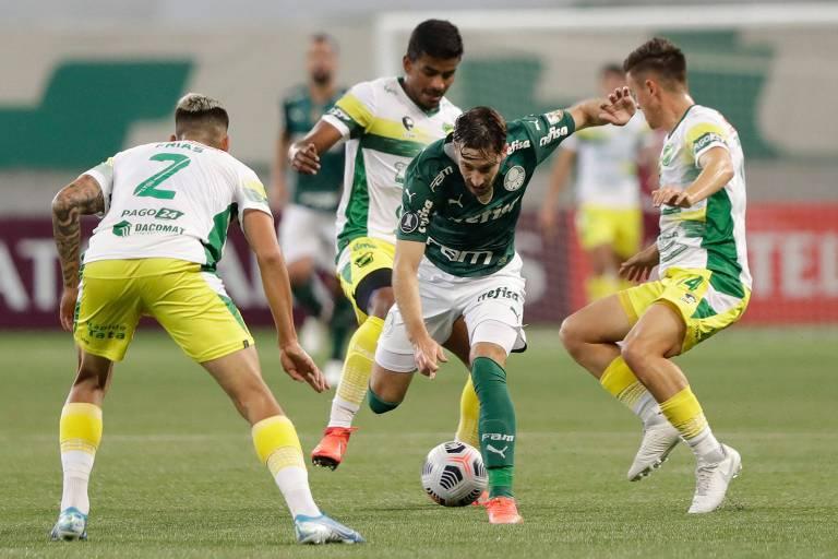 Matias Viña sofre com a marcação de três jogadores do Defensa y Justicia em partida pela Libertadores