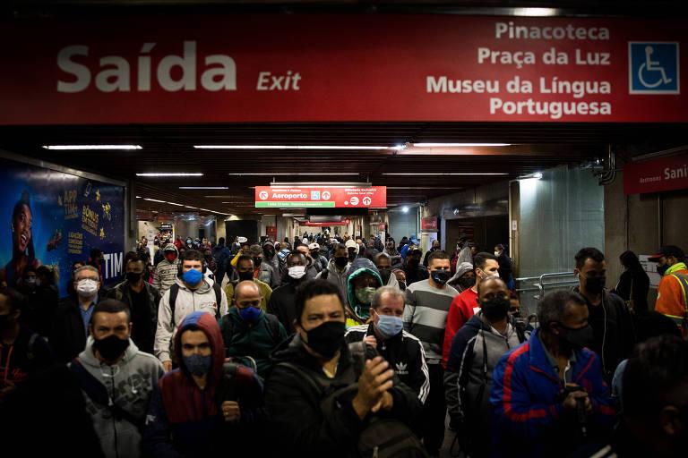 Movimentação de passageiros na estação da Luz, na manhã desta quarta-feira (18), durante a greve dos metroviários de SP