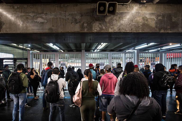 Greve de metroviários em SP provoca aglomeração de passageiros na estação Brás