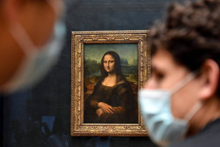 Visitantes do museu do Louvre, em Paris, próximos ao quadro da 'Mona Lisa', de Leonardo da Vinci