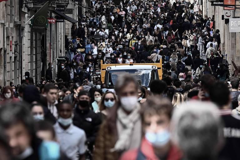 Multidão caminha em rua de Bordeaux, na França, depois que o país deu início a reabertura