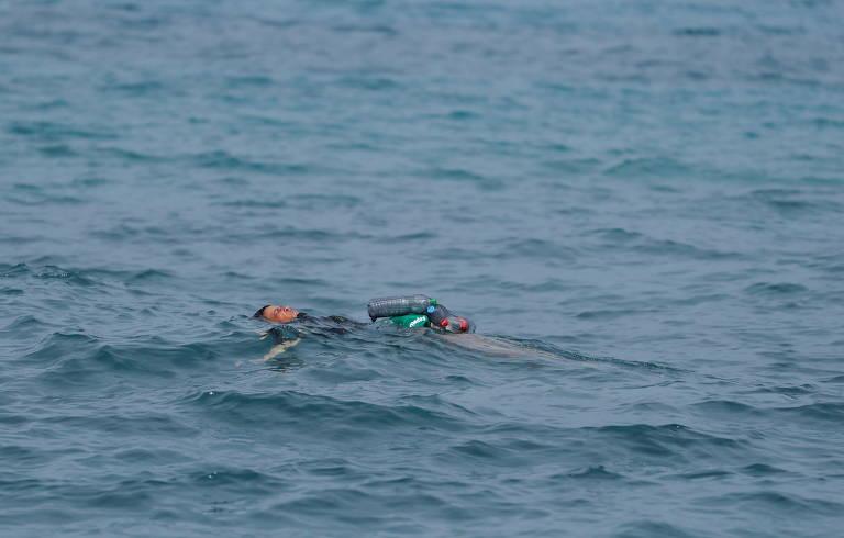 Jovem imigrante usa garrafas plásticas como boia para chegar nadando a Ceuta