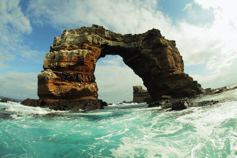 O arco de Darwin, nas ilhas Galápagos, antes de seu desabamento parcial