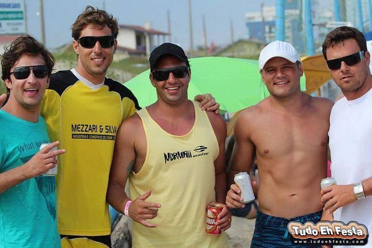 Em foto postada em janeiro de 2012, o atual deputado bolsonarista Daniel Freitas (ao centro, de regata) faz hang loose ao lado de Christiano Camatti (de boné branco), cunhado de mario frias