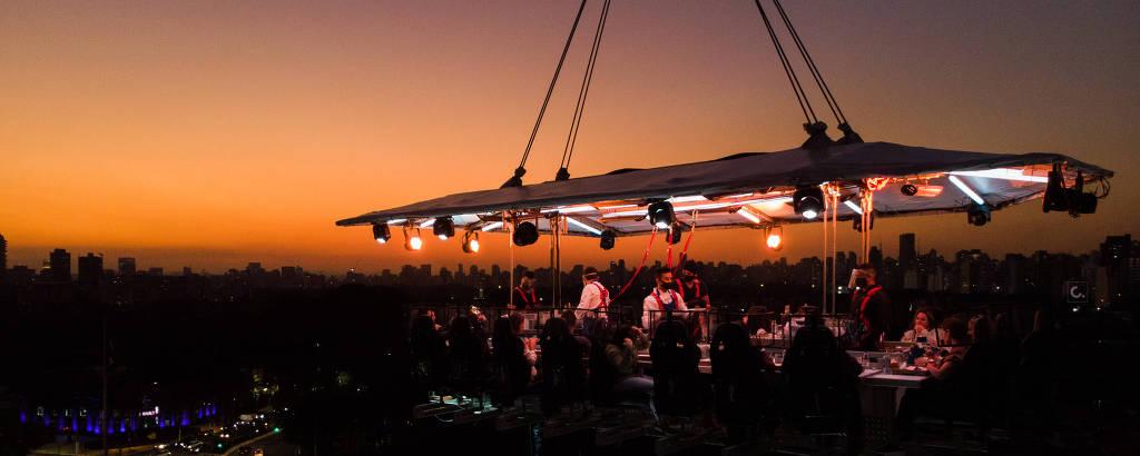 Mesa flutuante do evento Dinner in the Sky, em São Paulo, na experiência com espumante, drinques e vinhos nas alturas