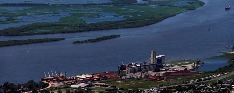 Vista aérea do porto de Rosário, na Argentina, às margens do rio Paraná