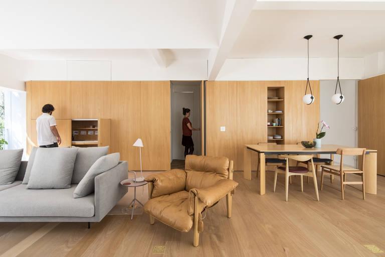 Home office camuflado em apartamento em Higienópolis, São Paulo; projeto do  Estúdio BRA