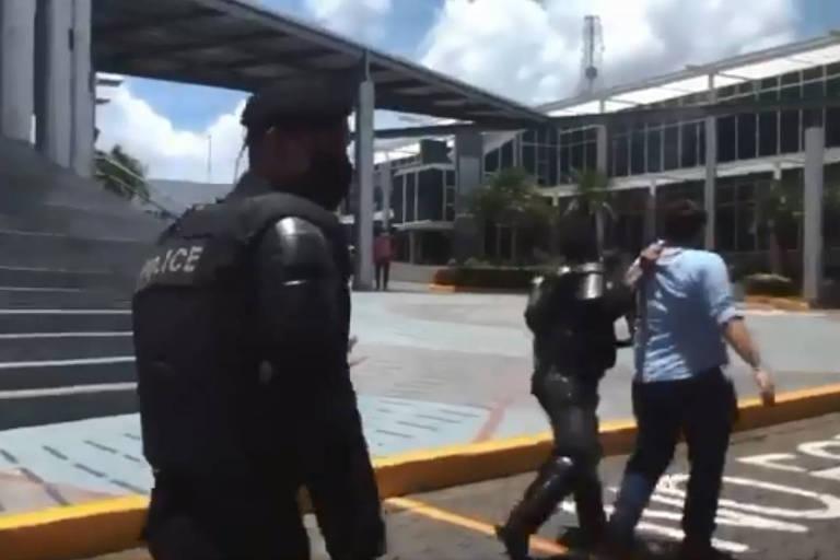 Polícia invade jornal de oposição e prende jornalistas na Nicarágua