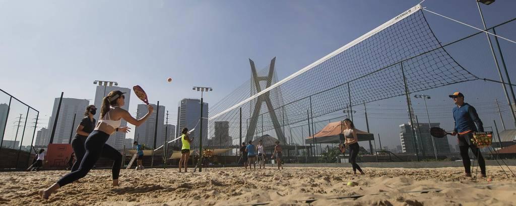 Aula de tênis de praia no Sampa Beach, em São Paulo