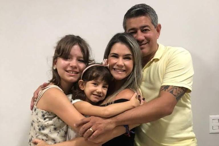 André Luís Nogueira (1980-2021) com a esposa Danielle, a filha Maria Cecília e a enteada Lara