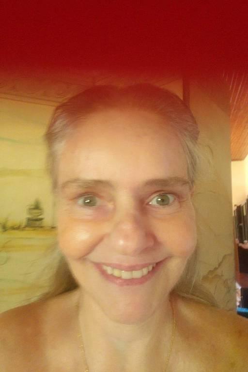 A cantora Angela Ro Ro, 70, em quarentena em Saquarema (RJ)