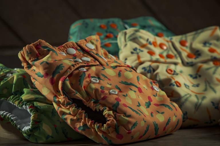 Fraldas feitas de material impermeável e respirável, que podem ser lavadas na máquina da Bebês Ecológicos