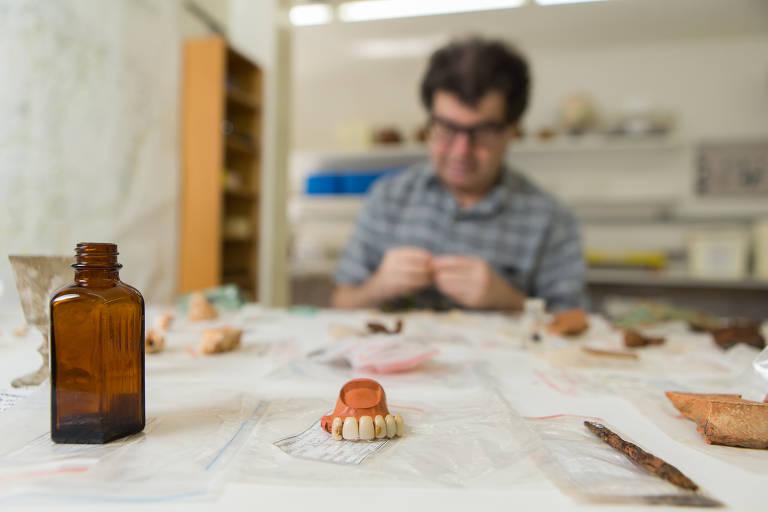 Escavações no Museu do Ipiranga revelam 400 peças, inclusive dentadura centenária